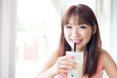 Het drinken van drank bij koffie Royalty-vrije Stock Foto