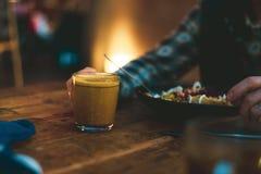 Het drinken van een koffie en het eten van veganistvoedsel stock foto's