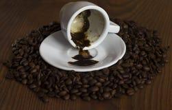 Het drinken van een kop natuurlijke koffiebonen Stock Afbeelding