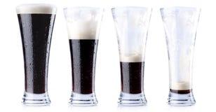 Het drinken van een vers bier Stock Foto's