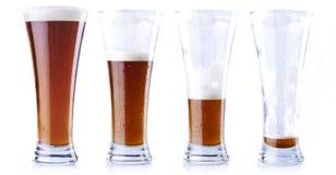 Het drinken van een vers bier Stock Foto