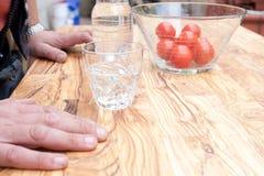Het drinken van glas op houten lijst Stock Afbeeldingen