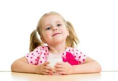 Het drinken van het kind yoghurt of melk Royalty-vrije Stock Afbeeldingen