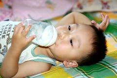 Het drinken van het kind melk Stock Afbeelding