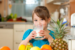 Het drinken van het kind melk Stock Foto's