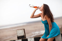 Het drinken van het meisje alcohol Stock Fotografie
