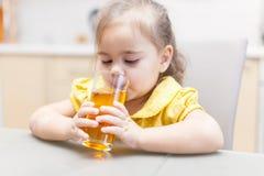 Het drinken van het meisje appelsap royalty-vrije stock afbeeldingen