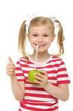 Het drinken van het meisje appelsap door stro stock afbeelding