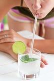 Het drinken van het meisje citroensap Stock Foto