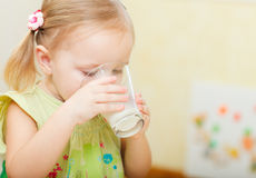 Het drinken van het meisje melk stock fotografie