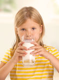 Het drinken van het meisje melk Royalty-vrije Stock Afbeelding