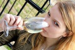 Het drinken van het meisje wijn Royalty-vrije Stock Foto