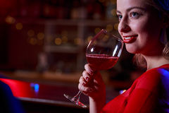 Het drinken van het meisje wijn Royalty-vrije Stock Foto's