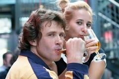 Het drinken van het paar bier Stock Foto