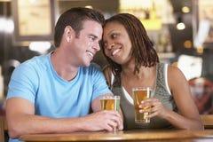 Het Drinken van het paar Bier in een Bar Stock Foto