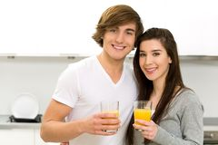 Het drinken van het paar jus d'orange stock fotografie