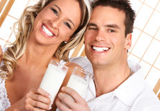 Het drinken van het paar melk Stock Fotografie