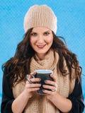 Het drinken van hete koffie op een koude dag Stock Afbeeldingen