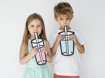 Het Drinken van Holding Paper Glass van de broerzuster Royalty-vrije Stock Afbeelding