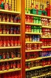 Het drinken van kinderen flesseninzameling in disneyland Hongkong stock afbeeldingen