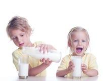 Het drinken van kinderen melk Stock Afbeeldingen