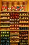 Het drinken van kinderen mokkeninzameling in disneyland Hongkong stock afbeelding