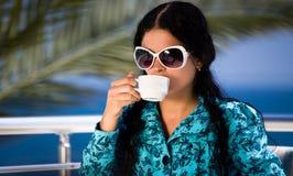 Het drinken van koffie bij de patisserie Royalty-vrije Stock Foto's