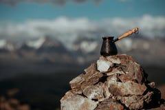 Het drinken van koffie met overweldigende bergmening Het mooie landschap van Himalayagebergte met koffiekoppen en cezve Drinkende Stock Foto