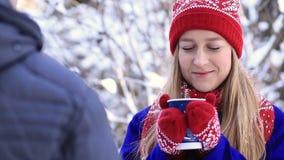 Het drinken van koffie tijdens de koude winter stock videobeelden