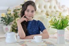 Het drinken van het meisje thee Stock Fotografie