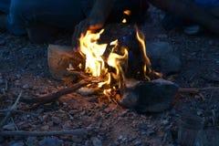 Het drinken van thee met bedouin in zonsondergangavond in Mitzpe Yeriho, Israël van Cisjordanië, Judean-woestijn, Israëlische wil royalty-vrije stock fotografie
