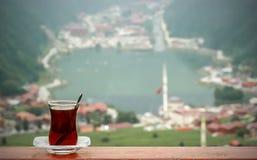Het drinken van thee over meer Uzungol/Trabzon in Turkije Stock Afbeelding
