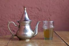 Het drinken van traditionele thee in Marrakech Marokko Stock Afbeeldingen