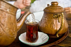 Het drinken van Traditionele Turkse Thee Stock Fotografie