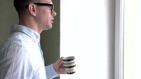 Het Drinken van zakenmanin formal suite Koffie stock video