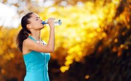 Het drinkwater van de atleet Stock Afbeeldingen
