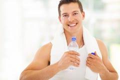 Het drinkwater van de geschiktheidsmens Stock Afbeeldingen