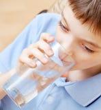 Het drinkwater van de jongen Stock Foto