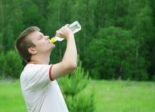 Het drinkwater van de mens royalty-vrije stock afbeeldingen