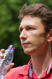 Het drinkwater van de mens Royalty-vrije Stock Foto