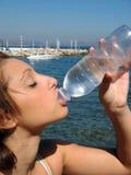 Het drinkwater van de vrouw Royalty-vrije Stock Afbeeldingen