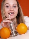 Het drinkwater van de vrouw Stock Afbeelding
