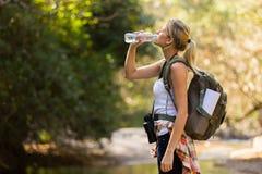 Het drinkwater van de wandelaar Royalty-vrije Stock Foto's
