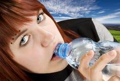 Het drinkwater van het meisje Royalty-vrije Stock Afbeelding