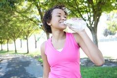 Het Drinkwater van Jogger in Park Stock Foto's
