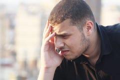 Het droevige Arabische jonge zakenman denken Stock Foto