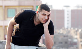 Het droevige Arabische jonge zakenman denken Stock Fotografie