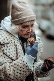 Het droevige dakloze brood van de vrouwenholding in haar hand royalty-vrije stock foto's