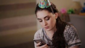 Het droevige feestvarken schrijft het bericht op uw smartphone stock video