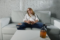 Het droevige gedeprimeerde alcoholische gedronken vrouw drinken thuis in het misbruik en het alcoholisme van de huisvrouwenalcoho stock afbeeldingen